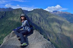 ワイナピチュ山頂上の登山者の写真素材 [FYI01560206]