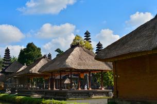 堀やメル(多重石塔)があるヒンドゥー教のタマン・アユン寺院の写真素材 [FYI01560245]