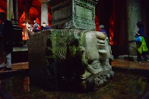 地下宮殿(地下貯水施設)の柱の土台のメドゥーサの頭部の写真素材 [FYI01560272]
