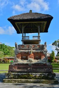 堀やメル(多重石塔)があるヒンドゥー教のタマン・アユン寺院の写真素材 [FYI01560293]