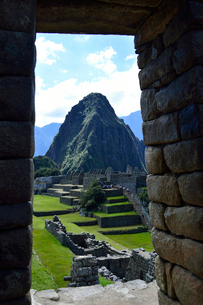 マチュピチュ遺跡から見たワイナピチュ山の写真素材 [FYI01560332]