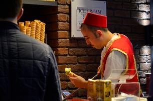 トルコ伝統アイスクリーム店の写真素材 [FYI01560335]