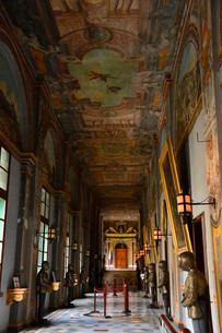 騎士団総長の宮殿 甲冑が並ぶ通廊の写真素材 [FYI01560344]