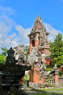 堀やメル(多重石塔)があるヒンドゥー教のタマン・アユン寺院の写真素材 [FYI01560359]