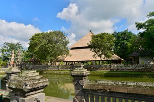 ヒンドゥー教のタマン・アユン寺院の堀の写真素材 [FYI01560398]