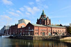港から見える北欧最大規模ロシア正教会ウスペンスキー寺院の写真素材 [FYI01560401]