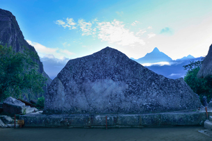 朝もやに包まれる聖なる岩周辺の写真素材 [FYI01560411]