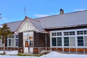廃校になった旧東川町第4小学校の写真素材 [FYI01560465]