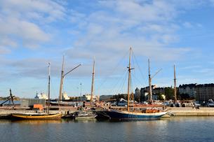 港に並ぶ船の写真素材 [FYI01560570]