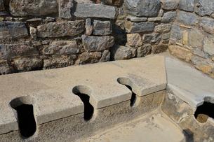 エフェソス遺跡 公衆トイレの写真素材 [FYI01560580]