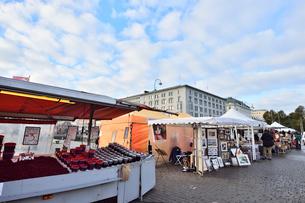 港サイドに建つマーケットの写真素材 [FYI01560591]
