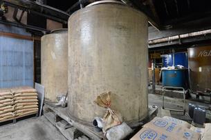 昔ながらの醤油製作所の写真素材 [FYI01560592]