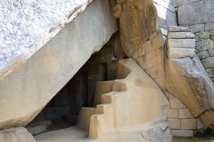 マチュピチュ遺跡の太陽の神殿(上部)の下部(陵墓)の写真素材 [FYI01560613]