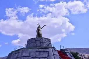 マルマス広場近く立つ,インカ帝国第9代皇帝パチャクテクの像の写真素材 [FYI01560651]