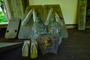 迦葉山弥勒寺内青少年研修道場前にある巨大な下駄の写真素材 [FYI01560659]