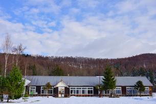 廃校になった旧東川町第4小学校の写真素材 [FYI01560673]