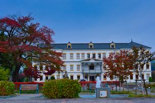 紅葉する木々と旧小坂鉱山事務所の写真素材 [FYI01560674]