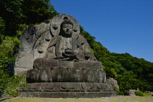 鋸山にある日本一の石大仏の写真素材 [FYI01560687]
