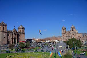 広場に立つカテドラル(左)とラ・コンパーニア・デ・ヘスス教会(右)の写真素材 [FYI01560712]
