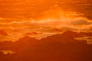 館山市伊戸海岸夕日に染まる波しぶきの写真素材 [FYI01560765]