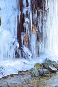 払沢の滝の途中にある忠助淵近くの氷結の写真素材 [FYI01560803]