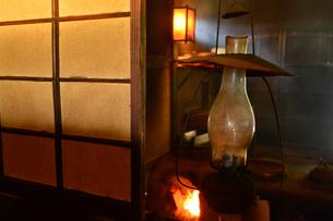 旧花野井住居の台所のランプの写真素材 [FYI01560896]