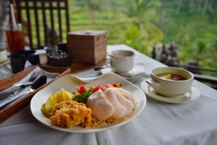 海老せんべいが載ったインドネシア料理の写真素材 [FYI01560926]