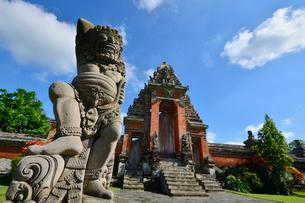 タマン・アユン寺院のチャンディ・クルン(魔除けの門)の写真素材 [FYI01560936]