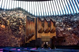 大岩をくり抜いて作られたテンペリアウキオ教会の写真素材 [FYI01560946]