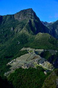 ワイナピチュ山から見たマチュピチュ遺跡の写真素材 [FYI01560982]