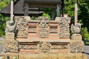 堀やメル(多重石塔)があるヒンドゥー教のタマン・アユン寺院の写真素材 [FYI01561069]
