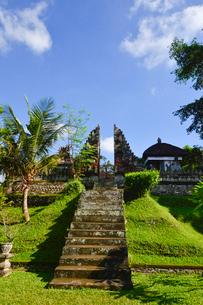 堀やメル(多重石塔)があるヒンドゥー教のタマン・アユン寺院の写真素材 [FYI01561131]