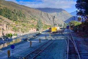電車と山並みの写真素材 [FYI01561197]