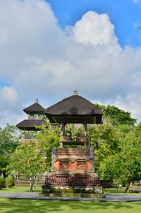 堀やメル(多重石塔)があるヒンドゥー教のタマン・アユン寺院の写真素材 [FYI01561222]