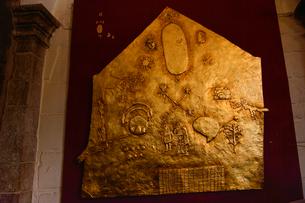 コリカンチャ,インカの世界観を指した黄金の板(現在レプリカ)の写真素材 [FYI01561252]