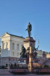 元老院広場にあるアレクサンドル2世の像の写真素材 [FYI01561272]