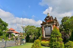 堀やメル(多重石塔)があるヒンドゥー教のタマン・アユン寺院の写真素材 [FYI01561285]