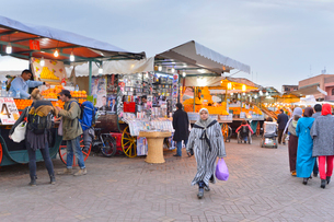 世界遺産マラケシュ旧市街ジャマ・エル・フナ広場の写真素材 [FYI01561290]