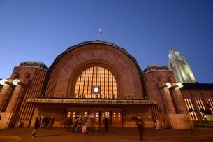 ヘルシンキ中央駅の夕暮れの写真素材 [FYI01561375]