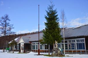 廃校になった旧東川町第4小学校の写真素材 [FYI01561485]