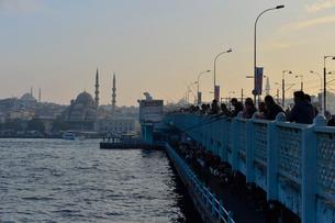 釣り人が群がるガラタ橋の写真素材 [FYI01561573]
