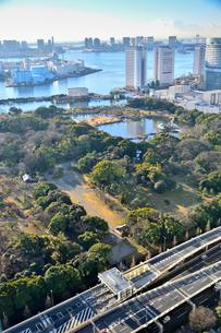 ホテル・コンラット東京から見た浜離宮庭園とビル群の写真素材 [FYI01561616]