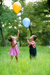 風船と子供の写真素材 [FYI01561644]