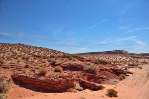 地層が見える岩山から見える電線の写真素材 [FYI01561679]