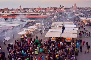 世界遺産マラケシュ旧市街ジャマ・エル・フナ広場の写真素材 [FYI01561719]