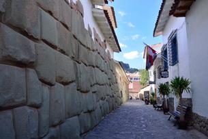 インカの雰囲気残す石畳の路地と精密な石組みのロカ通りの写真素材 [FYI01561728]