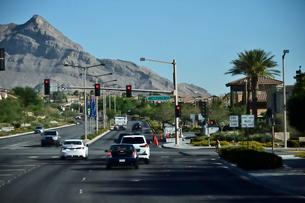 色々な交通標識がある道路の写真素材 [FYI01561747]