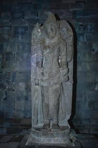 プランバナン寺院遺跡群ヴィシュヌ堂にあるヴィシュヌ神の石像の写真素材 [FYI01561781]