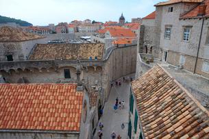 城塞から見た旧市街と観光客の写真素材 [FYI01561814]
