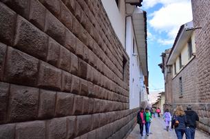 インカの雰囲気残す石畳の路地と精密な石組みのロレト通りの写真素材 [FYI01561851]